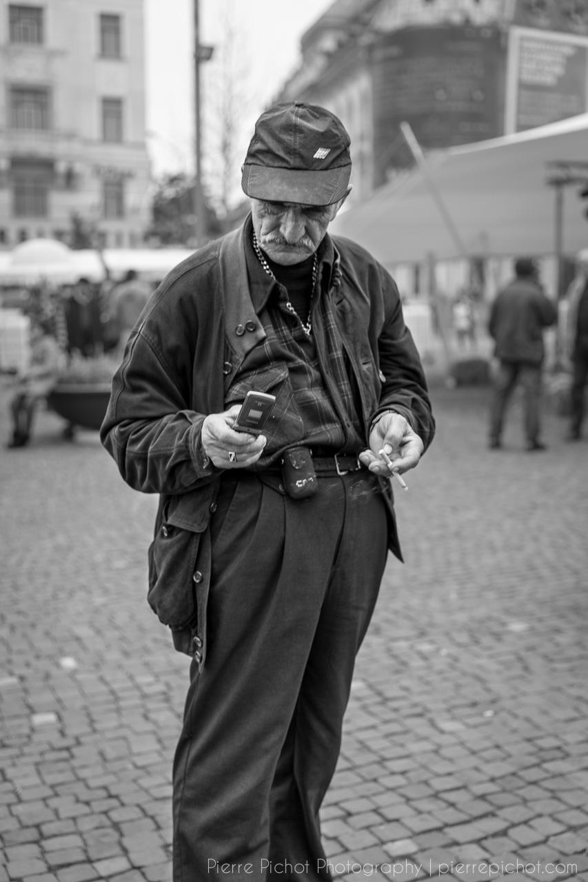 old man texting pierre pichot urban photographer
