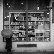 Devant une libraire de Cluj-Napoca, Roumanie.&nbspObtenir un tirage d'art!